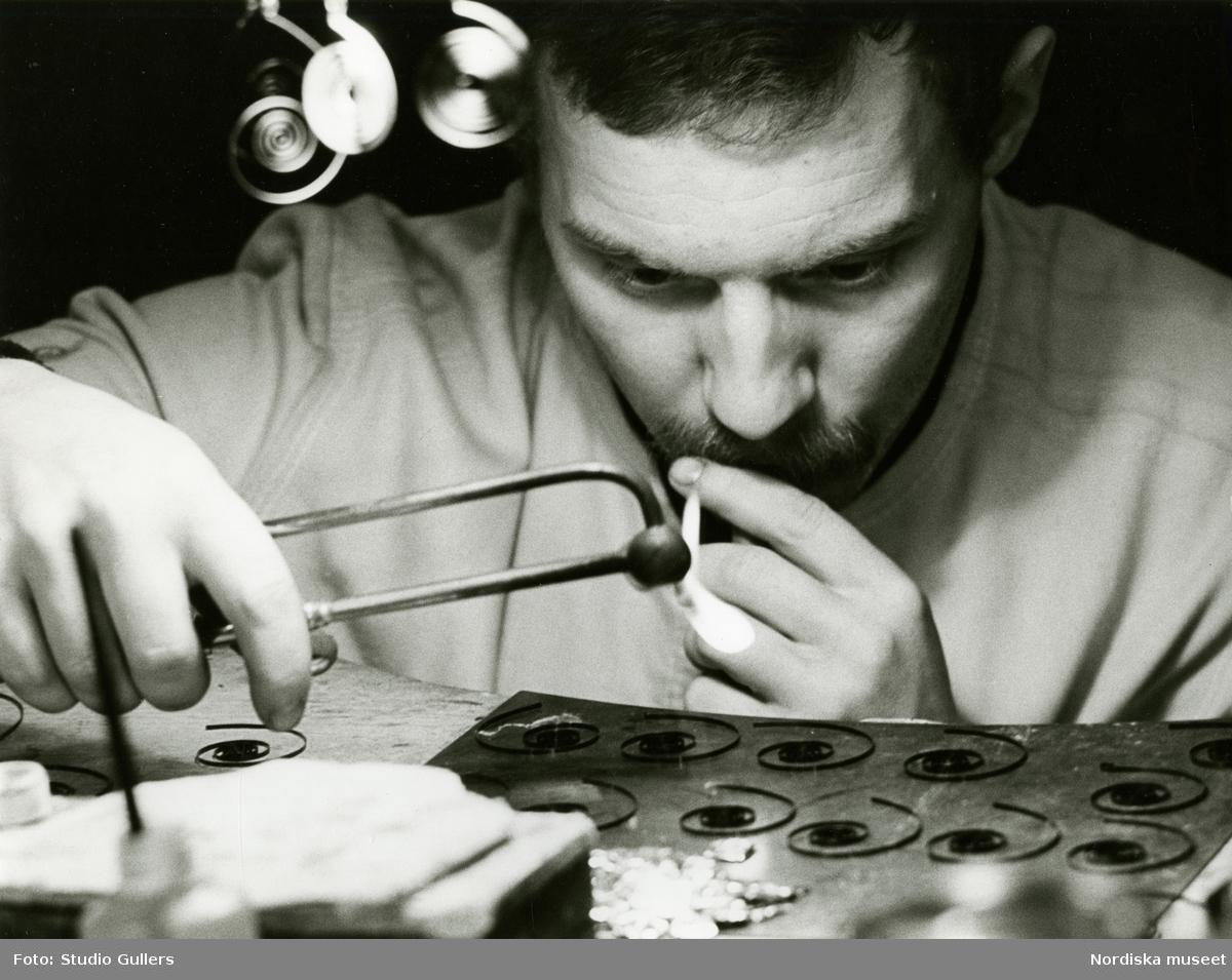 Elev vid Konstfacksskolan arbetar med metallföremål.
