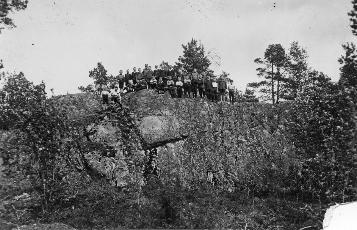 Skolutflykt till fornborg, 1940-tal?