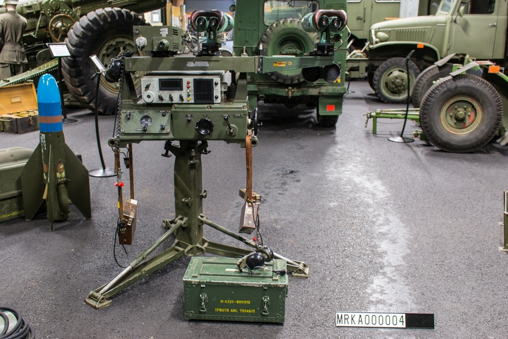Ursprungsbeteckning: PHIL-BUX 63  Data: Sensorer: Laser, kikare Mätnoggrannhet: Plus-minus 5 m på avstånd upp till 30 000 m beroende av väder och uppställningshöjd. Avläsningsnoggrannhet: 10 m Bemanning: 5 man