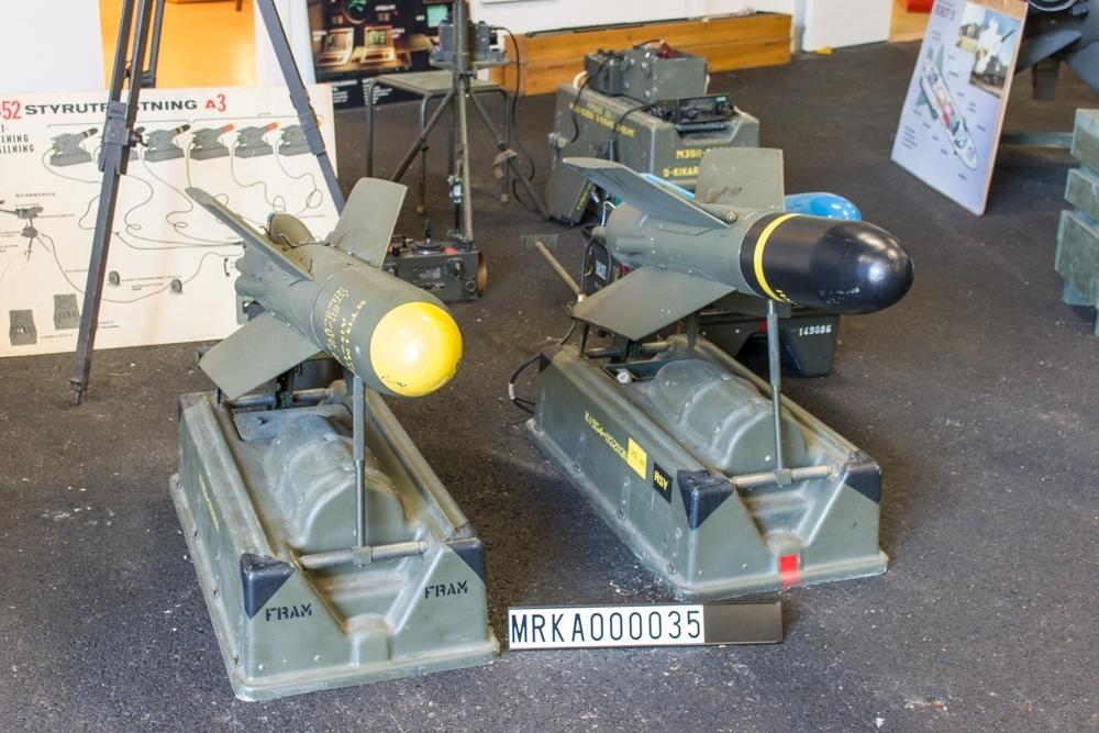 Allmänt: Robot 52 drivs av en krutraketmotor (start- och banmotor) och styrningen överförs till roboten med styrtrådar. Med styrutrustningen avfyras och styrs roboten för hand.  Data: Krutvikt: Startmotor = 1,65 kg.   Drivmotor = 3,90 kg Brinntid: Startsteg = 1,2 sek.   Drivsteg = 22 sek. Perstanda: Praktisk max skottvidd = 3 000 m Minsta skottvidd = 600 m Största banhastighet: 180 m/sek