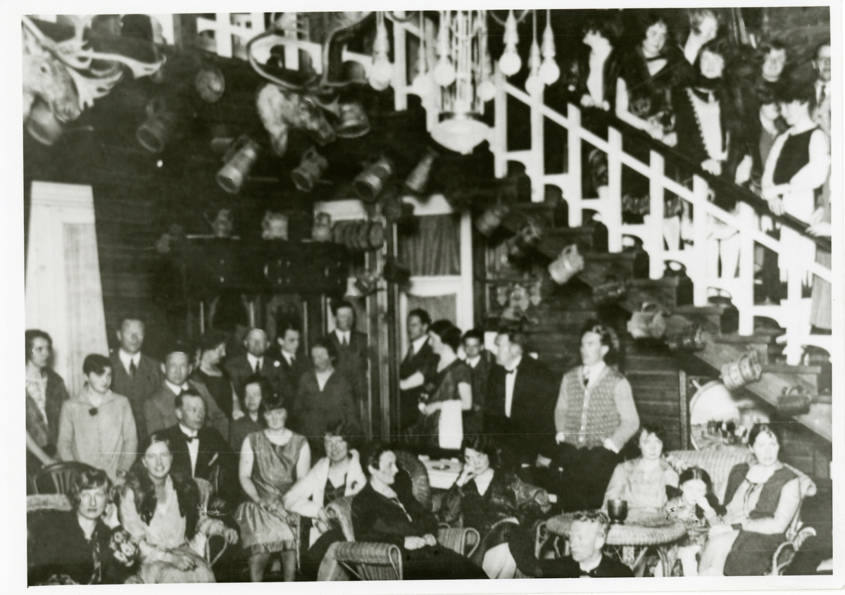 Hallen på Breidablikk med gjester.