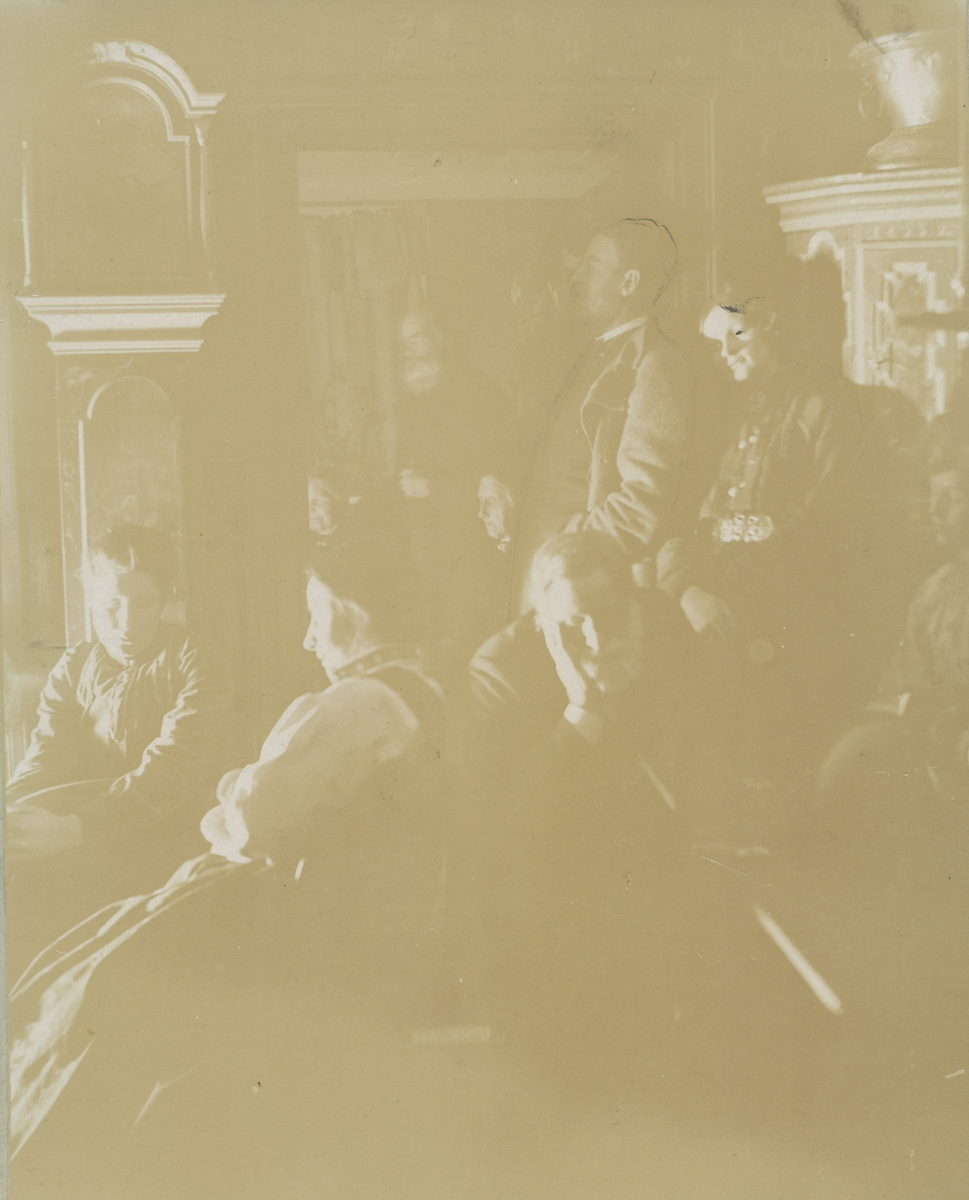 Tenkende forsamling i peiskroken. I hovedhuset på Asker Museum.