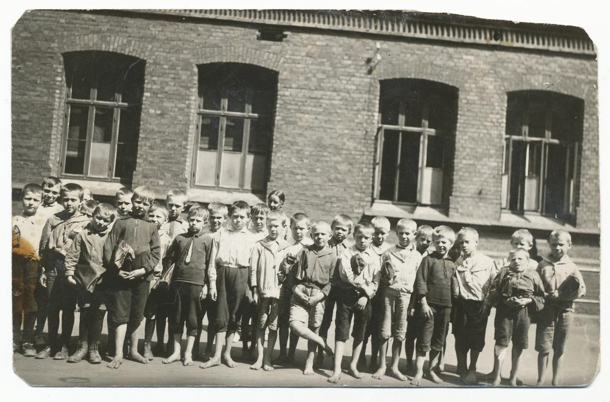 Tilla Valstad sammen med klassen sin fra Vaterland skole.