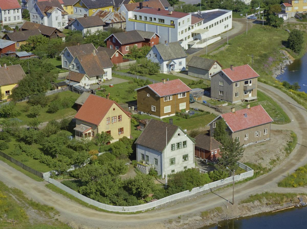 Strandgata, Vingnes. Ørsta eskefabrikk bak. Det lyse grå huset med grønne karmer er Strandgata 20, mens det gule er Strandgata 18.