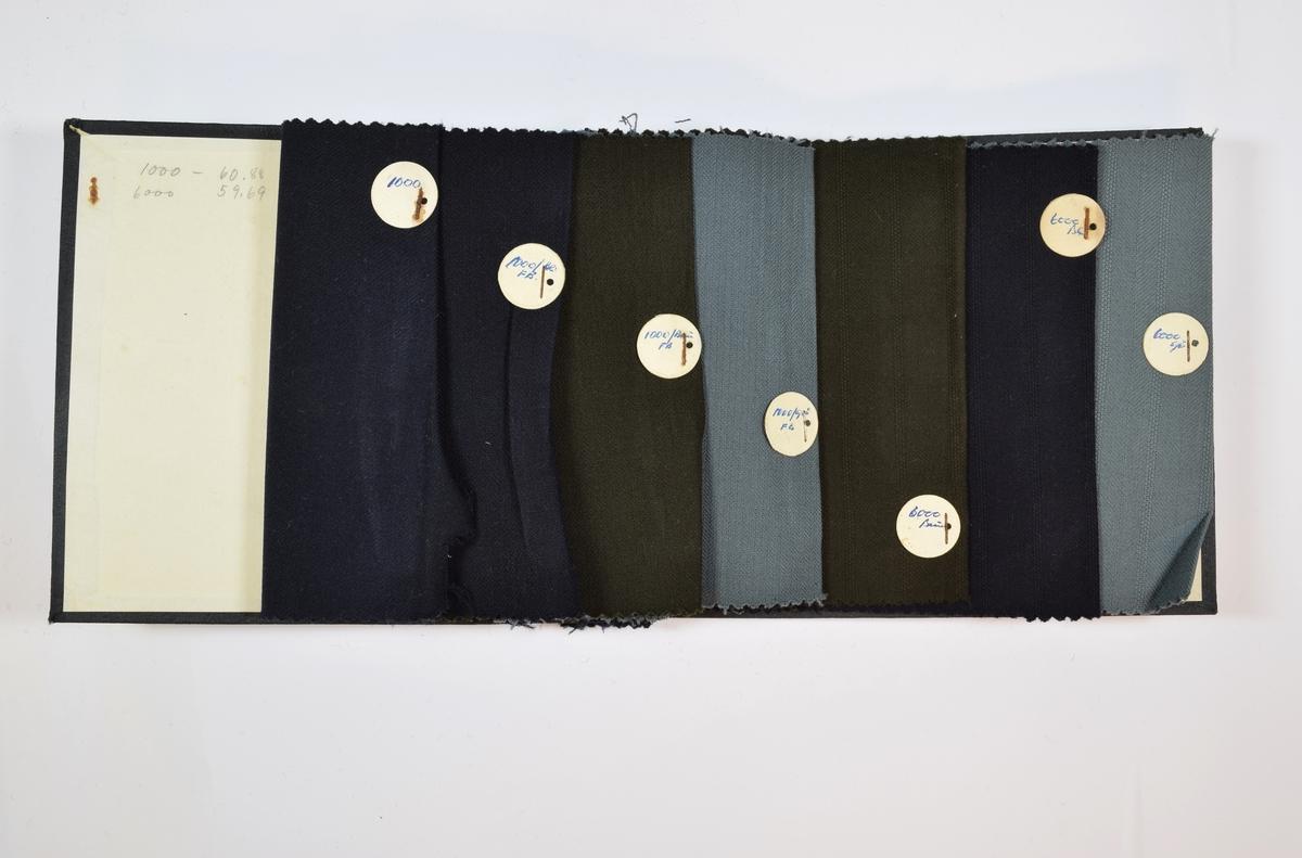 Prøvebok med 7 stoffprøver. Relativt tynne stoffer. Stoffene er vevet med ulike typer kyperbinding, det første stoffet har veving i kun en retning, mens de følgende stoffene har to ulike variasjoner av fiskebensvev. Stoffene er monokrome i brune, blå og sorte farger. Stoffprøvene ligger brettet dobbelt i boken slik at vranga dekkes. Stoffene er merket med en rund papirlapp, festet til stoffet med metallstifter, hvor nummer er påført for hånd med penn.   Stoff nr.: 1000, 1000/Blå[?] FB, 1000/Brun FB, 1000/Grå FB, 6000/Brun, 6000/Blå og 6000/Grå.