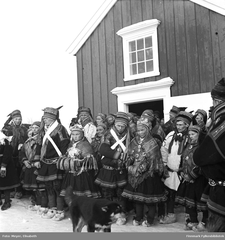 Bryllupsbilde fra Kautokeino fotografert i perioden 1939-40. Brudeparene: Sara Nilsdatter Logje og Mathis Johansen Eira - og Berit Andersdatter Turi og Mikkel Persen Sara.