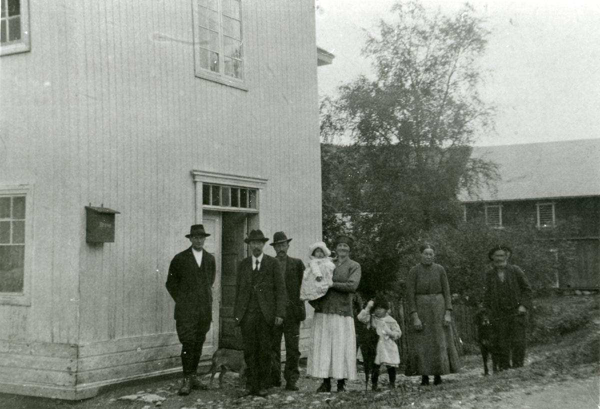 Herman Bøen med familie. Bildet er tatt den dagen dei reiste frå Reinli i 1920.