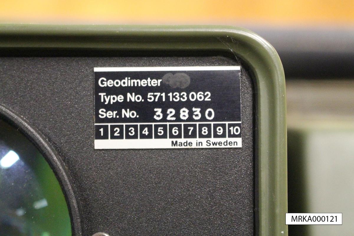 Ursprungsbenämning: Geodimeter 100 Ursprungsbeteckning: Typ nr 571133 062 Serienr: 32830  Data: Förstoring: 30ggr Sensorer: IR-ljus och prismor Räckvidd: Med 3 prismor = 4,5 km
