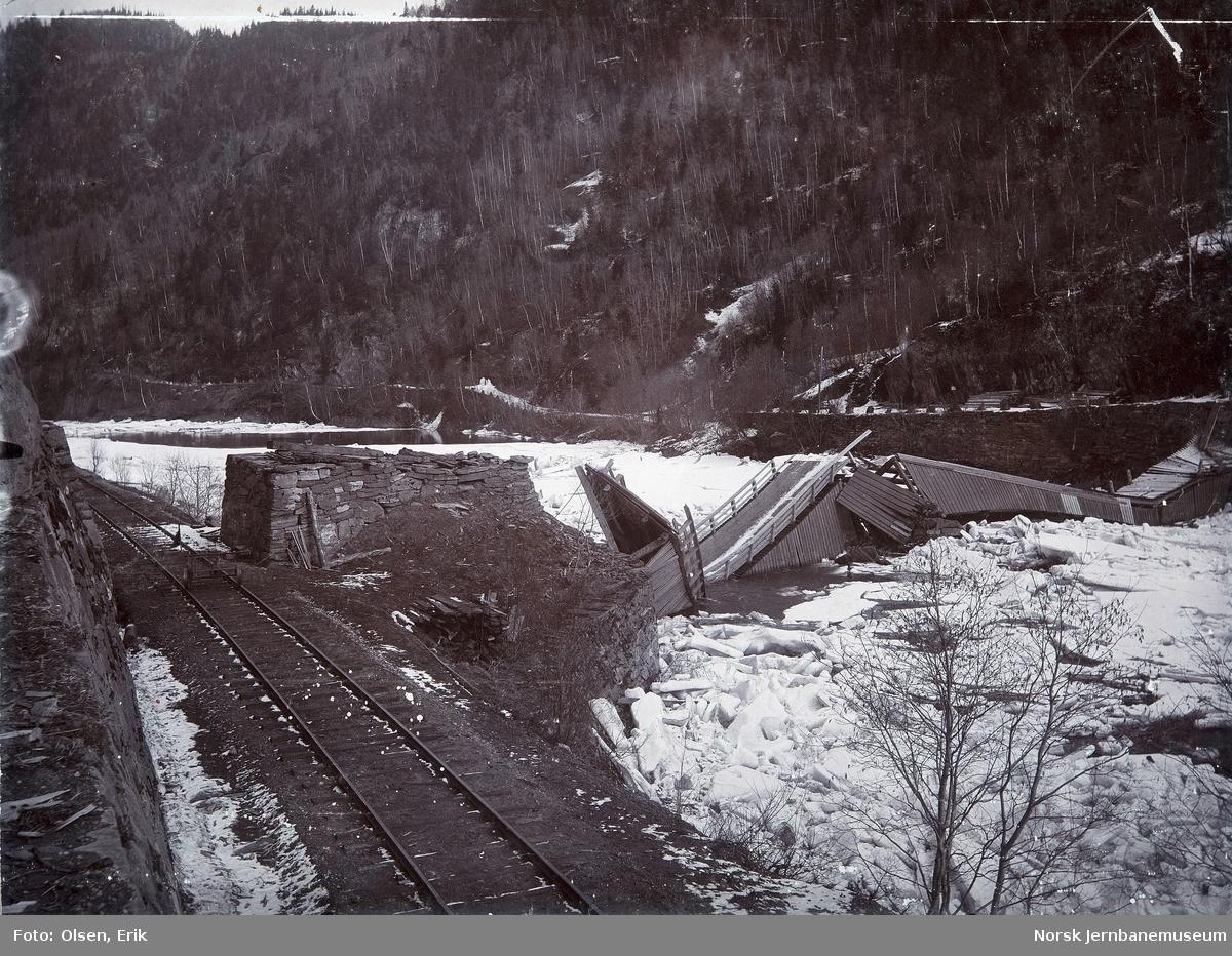 Skader etter isgang ved Haga vegbru over Gaula rett nord for Støren