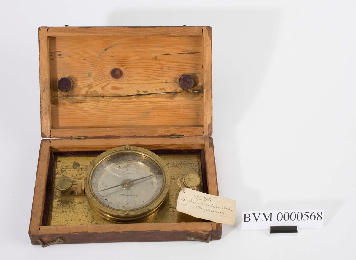 """""""Studers kompass."""" NTM: """"Fra Sølvverkets gamle samling. Studers marksjeiderkompass i kasse."""""""