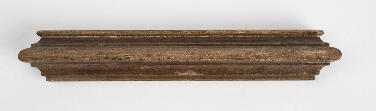 Lakkert trelist funnet sammen med redskaper brukt til trearbeid.