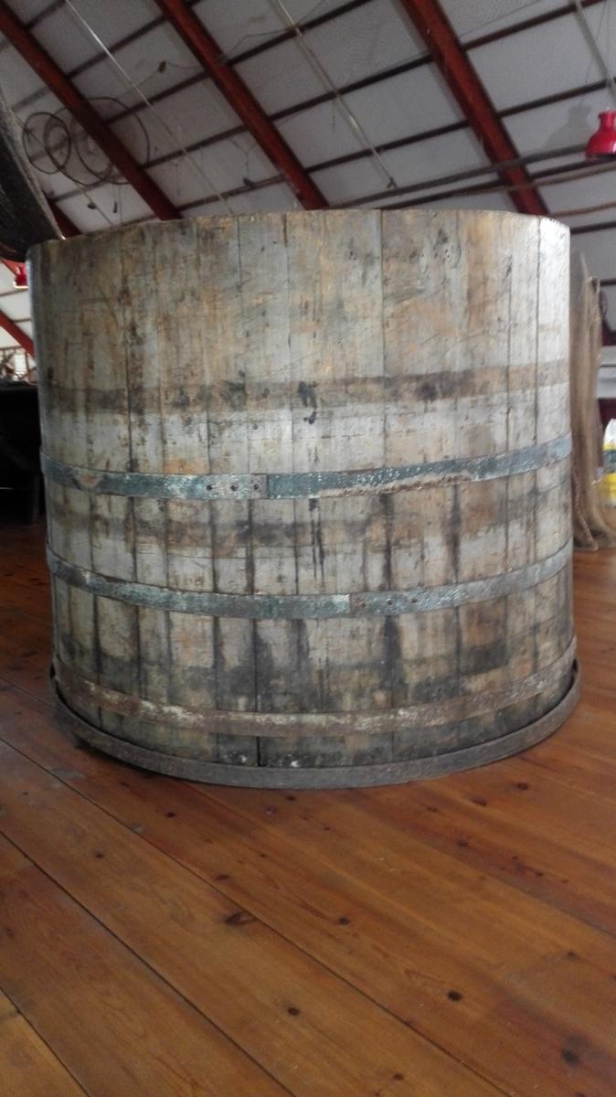 Barkekaret er eit lagga kar, med fire jarnband. Det vart brukt til å barka - dvs impregnera nøter - i ei blanding av bark og vatn. I Sogn vart oftast brukt bjørkebark til dette.