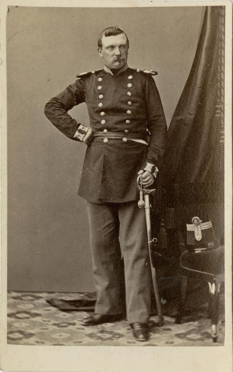 Porträtt av Adolf Georg Hjalmar Åberg, kapten vid Jönköpings regemente I 12. Se även AMA.0009328.
