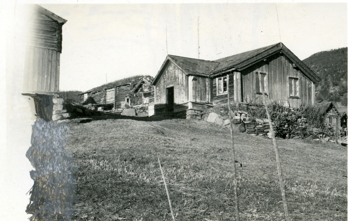 Garden Øvre Beito. Våningshus og fjøs med torvtak.