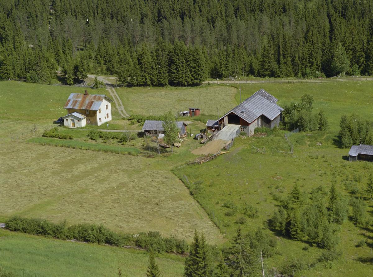 """Saksumdal, Volden eller Volden Øvre, gårdsbruk, """"gråtass"""" traktor, kulturlandskap"""