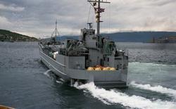 """Marinebåten """"Rotsund"""" forlater Narvik."""