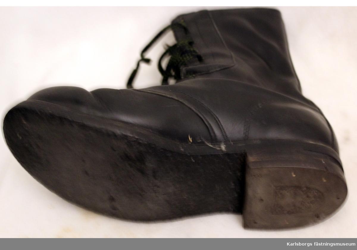 Svarta  snörkängor  Klacken märkt ELG . För FJS K3