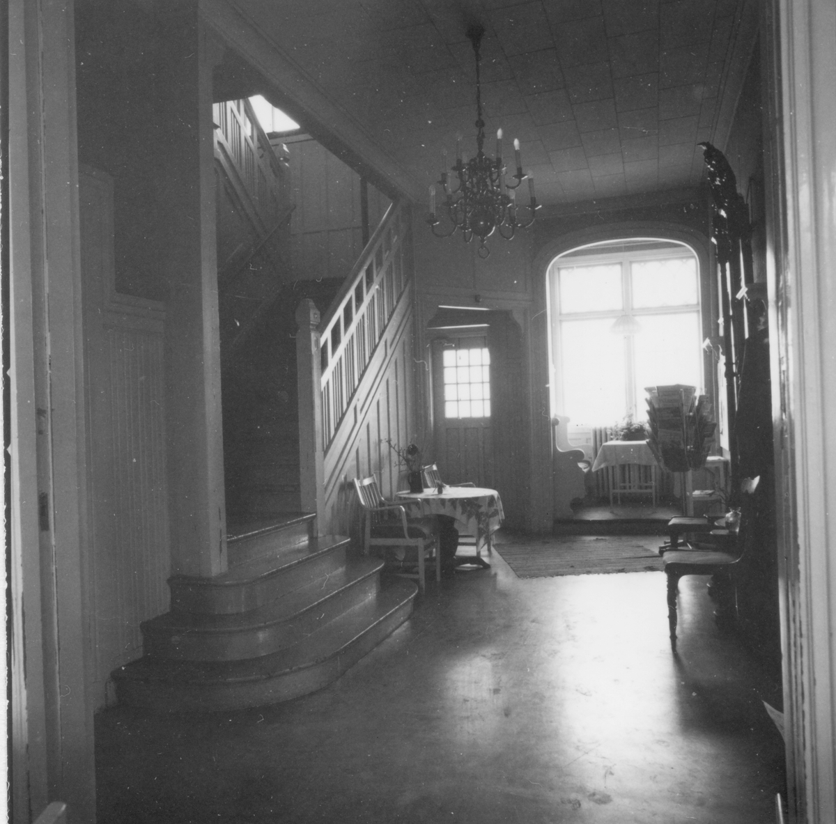 Bottenvåningen, hallen från salen med trappa till övervåningen.