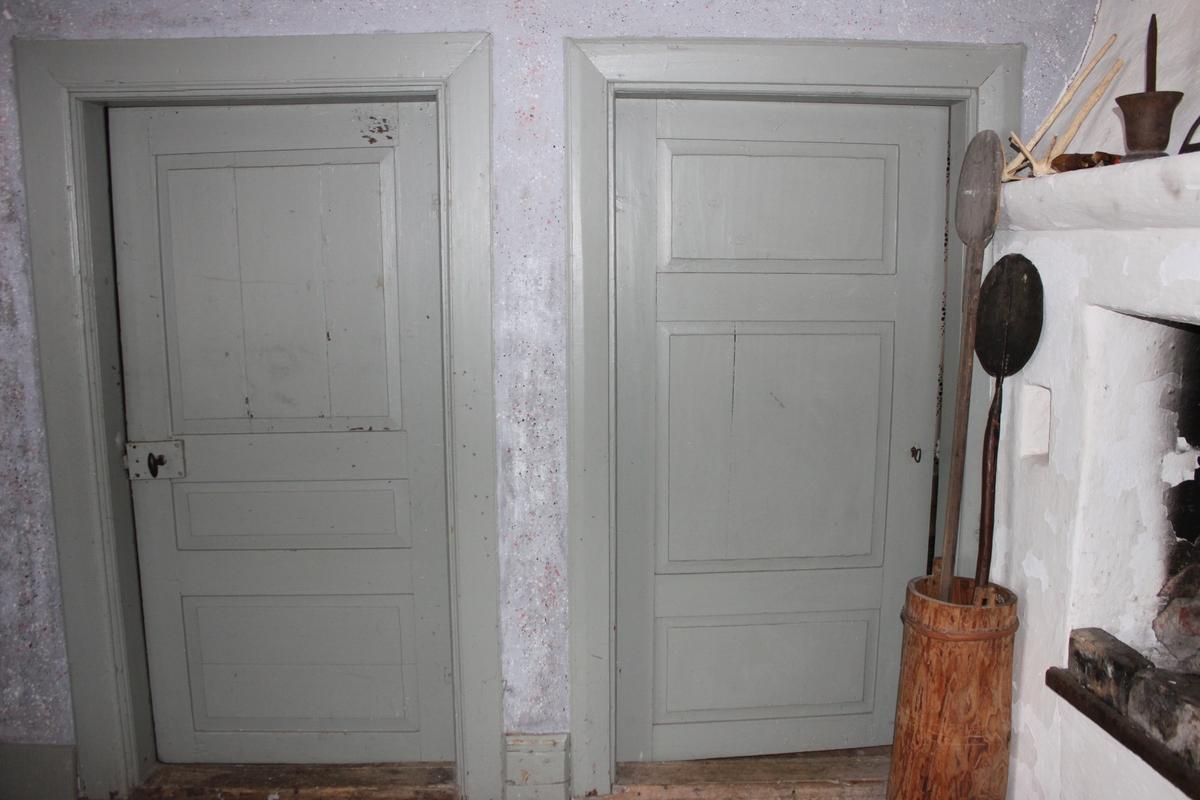 Envånings enkelstuga med oinredd vind, placerad på en grund av spräckt fältsten. Grunden är belägen i sluttande terräng. Placeringen påminner om den på ursprungsplatsen. Stomme i timmer med slätknutar, klädd med locklistpanel utom på de övre gavelpartierna som lämnats bara. Den övre delen på södra gaveln har en stor lucka upp till vinden, den norra har ett mindre fönster. Spismuren är synlig i den västra fasaden. Sadeltak med mittås och utskjutande sparrar belagt med enkupigt tegel. På det västra takfallet finns en hög, putsad tegelskorsten. Hängrännor och vindskivor i trä. Byggnaden har tre fönster med vita, släta foder placerade på östra, norra och västra fasaden. Varje fönsterbåge har tre rutor med spröjs emellan. Bågarna har gångjärn och beslag av 1800-talstyp. De övre fönsterblecken är av trä. De undre är av plåt eller saknas. Entretrappan av trä är inte original. Innertak med synliga bjälkar. Trägolv i alla rum, i varierande dimensioner och av olika tidsåldrar. Några plankor är kilsågade. Öppen härd i vardagsstugan (rum 02), med järnhäll och bakugn. Kistspis med öppen härd och järnhäll i kammaren (rum 03). Fönsterfodren i alla rum har en svag profilering och lätt fasad kant mot fönsterbågen. Kort och lång hasp (stormhake) av 1800-talstyp. Snickerierna är målade i en grå kulör. Två innerdörrar finns. Dessa har tre speglar och ett kammarlås. Dörrfodren är av olika utformning. (se länkade filen Ritningar från 1997, ej skalenliga) Allt är målat i en grågrön kulör. Innerväggarna är lerklinade och målade. Förstugan (rum 01) har en enfärgad, vit kulör. Vardagsstugan (rum 02) har ett stänkmönster i rosa, mörkgrått och vitt på en ljusgrå botten. Kammaren (rum 03) är målad med ett schablonmönster framtaget av Västmanlands läns museum, enligt tidigare utseende. Romber och cirklar med blom- och bladmönster i svart och rött på en vit botten.