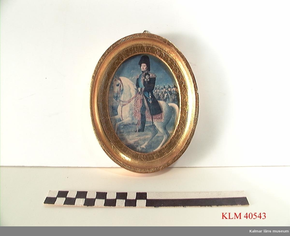 KLM 40543 Tavla, tryck på papper, i guldfärgad träram, stående oval. Karl XIV Johan till häst.