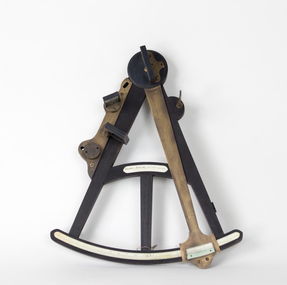 Oktant med alidade i messing med horisontalspeil. Måleinstrument brukt i navigasjon.