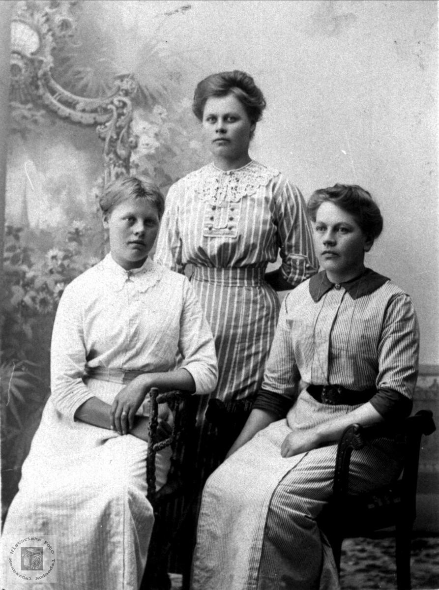 Portrett av tre søstre på Roland, Bjelland.