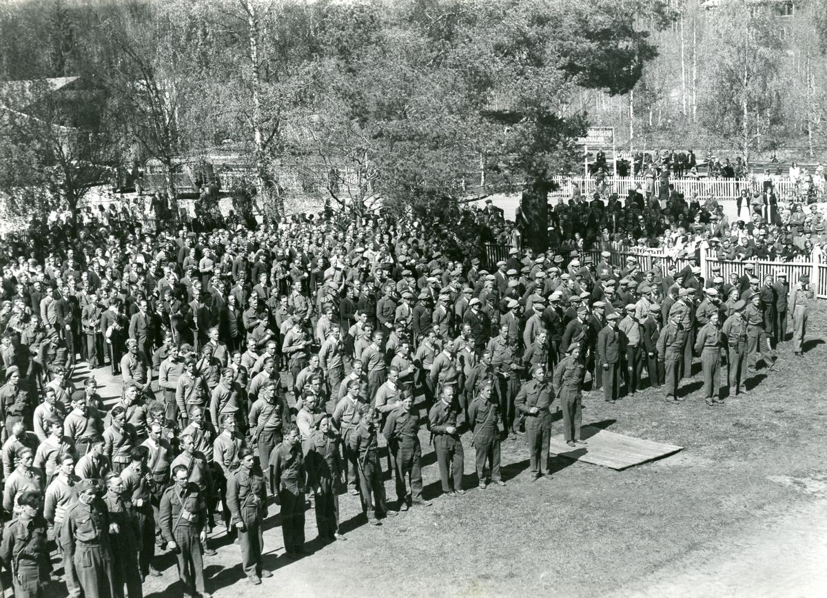 Samling av menn i Heimefronten på Fagernes, pinsa 1945.
