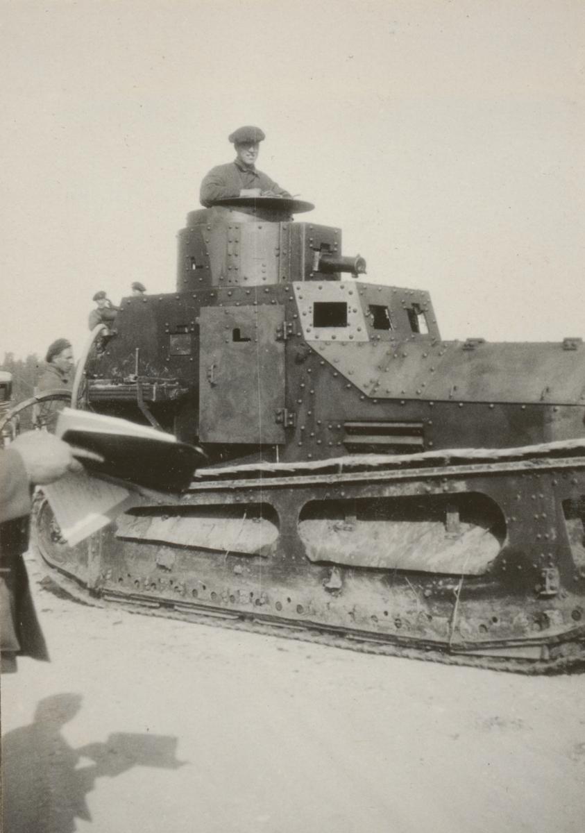 Stridsvagn m/1921 (eller 1921-1929) med löjtnant Gunnar Asklin från Bohusläns regemente I 17 i tornet.