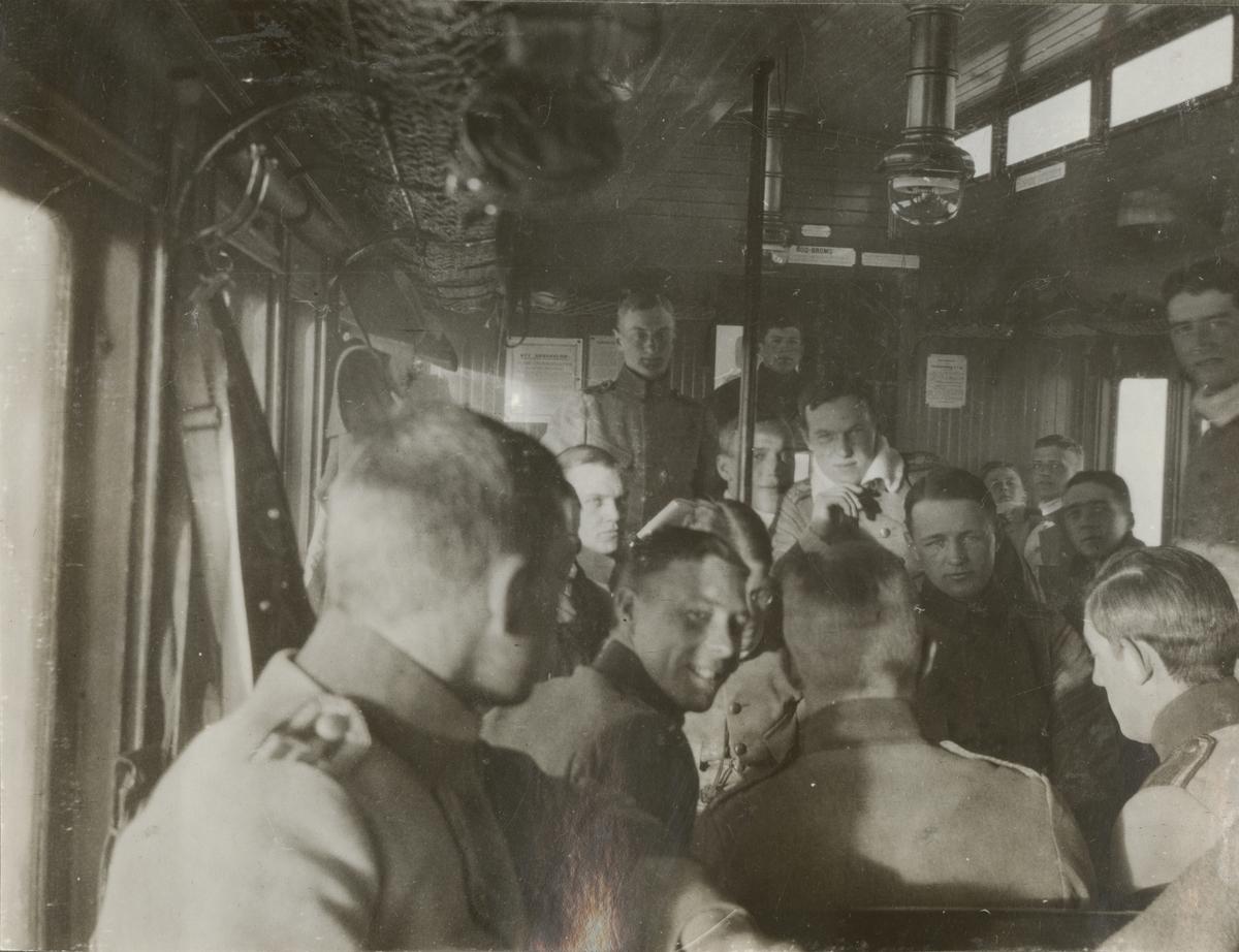 En grupp soldater i tågvagn.