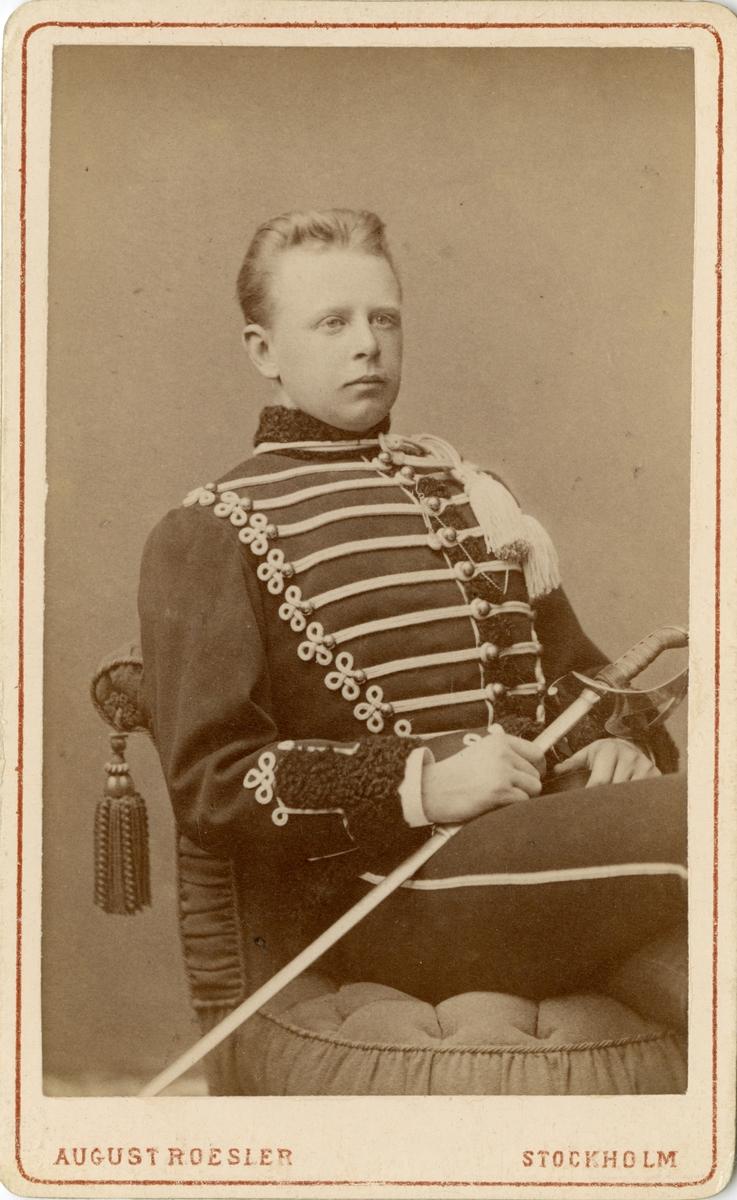 Porträtt av Stafs Fredrik Viktor von Post, officer vid Livregementets husarer K 3.  Se även bild AMA.0002059 och AMA.0009839.
