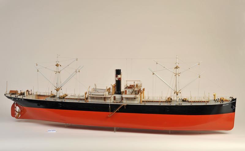 Skipsmodell av dampskipet D/S 'Troldfos', svart og rødt skrog, en skorsten. (Foto/Photo)