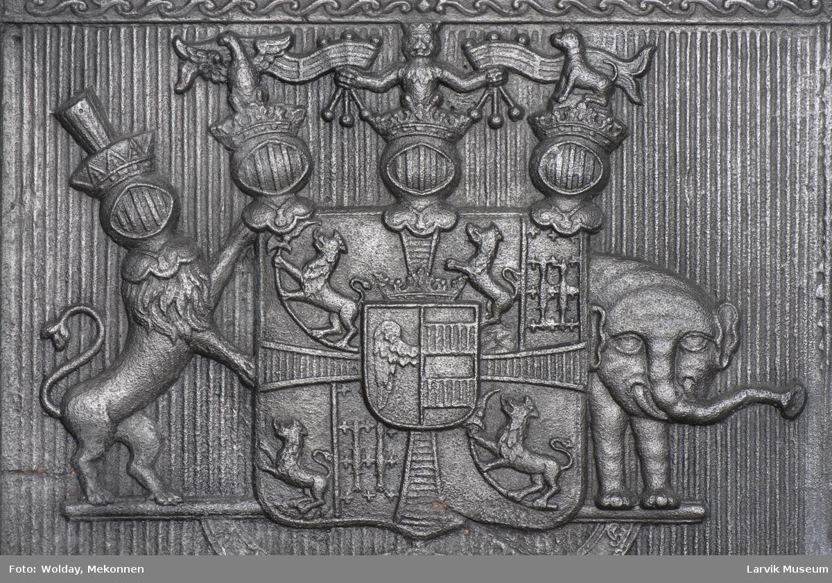 1. Etasje langside: grev Christian Ahlefeldt Laurvigs våpen  1. Etasje kortside: krigerske emblemer over dør  2. etasje langside: rundbuet åpning omgitt av girlander  2.etasje kortside: sammenslynget CAL under grevekrone topp langside.: Vase i Louis XVI topp.kortside: Overflødighetshorn.