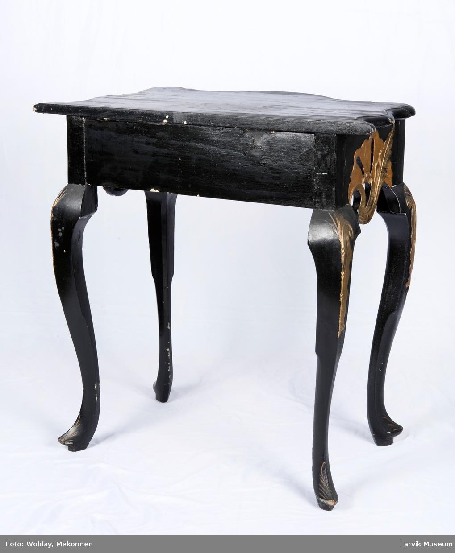 Norsk rokokko. Rektangulær bordplate med buet og knekk. Kant på 3 sider. Bukkeben.