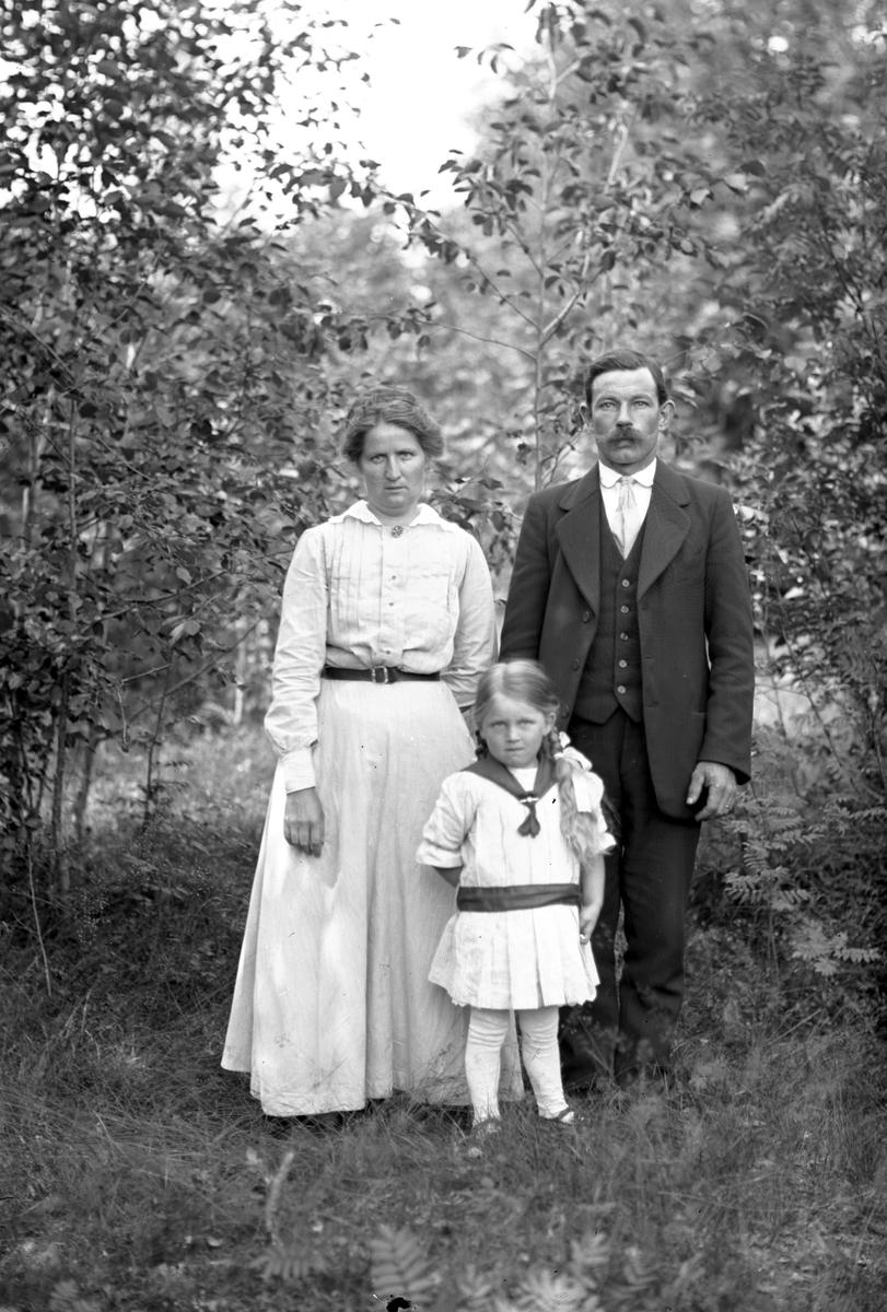 Kasemir och Viktoria Lind med dottern Enid, Mårtsbo, Wästra Hästbo