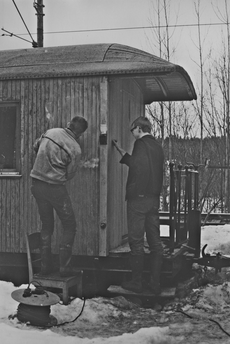 Vedlikeholdsarbeid på museumsbanen Urskog-Hølandsbanens personvogn CFo 5.