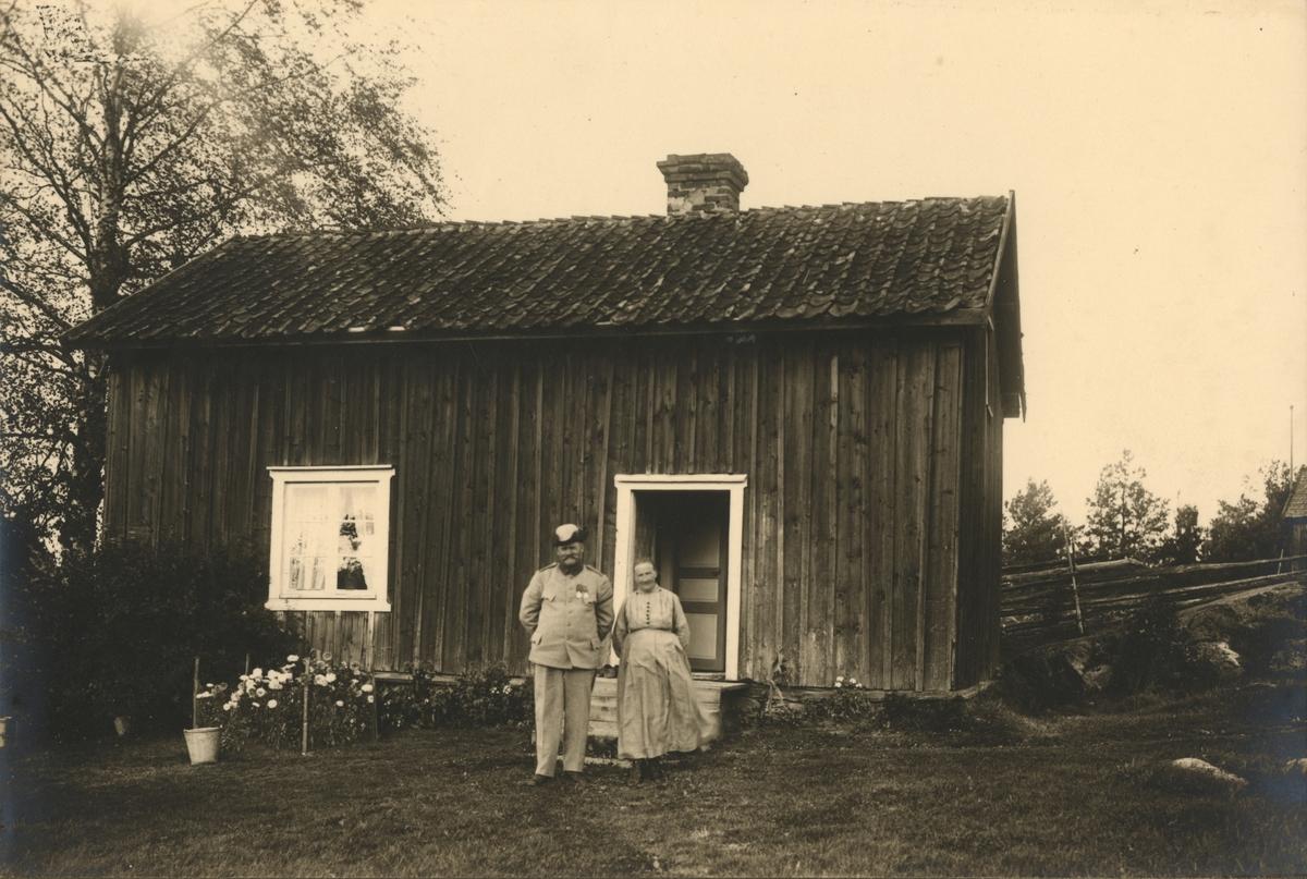 Soldaten Johan Eklund och hustrun Maria Kristina Svensdotter framför soldattorpet Berghem Västergård i Siringe, boställe under Jönköpings indelta infanteriregemente I 12.
