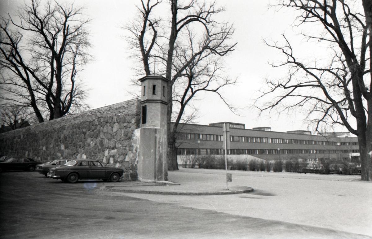 Den kvarvarande Fängelsemuren utmed Gröngatan. Kvarteret är nu P-plats. T.h. en del av landstatshuset.