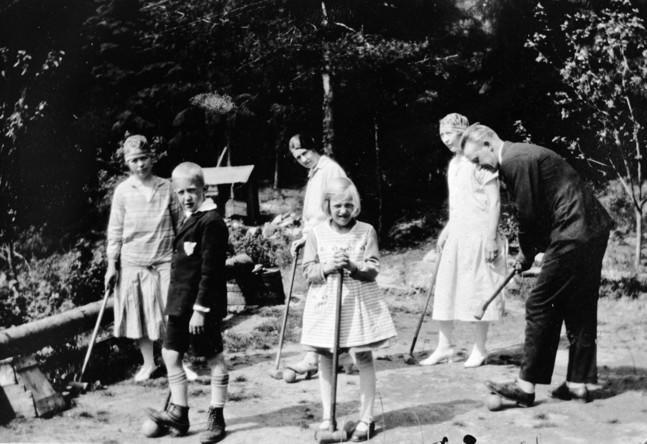 Sommergjestene spilte krokett på hengebrua ved Langvannet, rett nedenfor Rådhuset, 1928. (Foto/Photo)