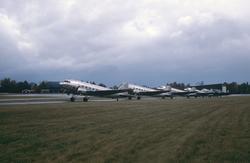 Flygvapnets alla sex flygplan TP 79 på Malmens flygfält den