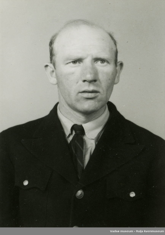 Ukjent mann i uniformsjakke.