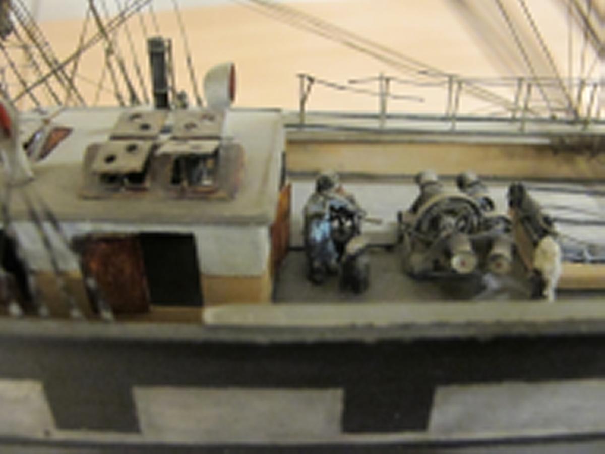 Fartygsmodell av OCEANA. Fullt utrustad och bemålad. På platta med målad sjö.