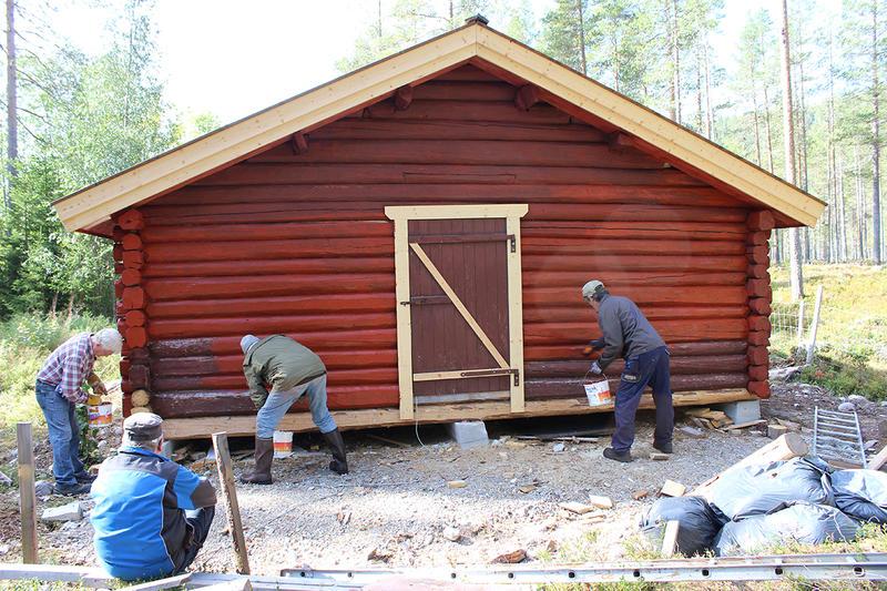 Flytteprosjektet, Engeroskoia som ble gjenoppført ved Engerneset Samfunnshus. Stor dugnadsinnsats av Engerneset Vel har gitt god framdrift og gode resultater. Deler av dugnadsgjengen i arbeid. (Foto/Photo)