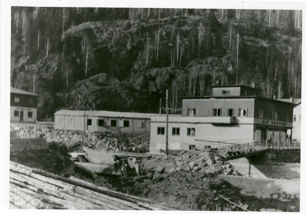 Storebrua, Bagn, Sør-Aurdal er sprengt i forbindelse med krigshandlingene i 1940. Bakom er Fossgård, Fjellheim, med de gamle garasjene og meieriet.