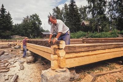 Antikvariske bygninger trenger ofte nytt treverk innimellom, her passes nytt og gammelt laftetømmer sammen.