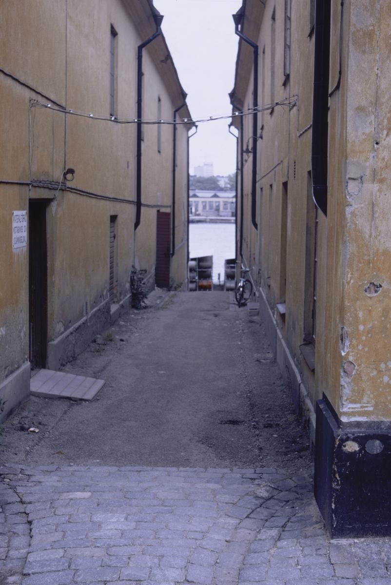 Gränden mellan Norra och Södra Fundamenten på Skeppsholmen. I bakgrunden Galärvarvet.