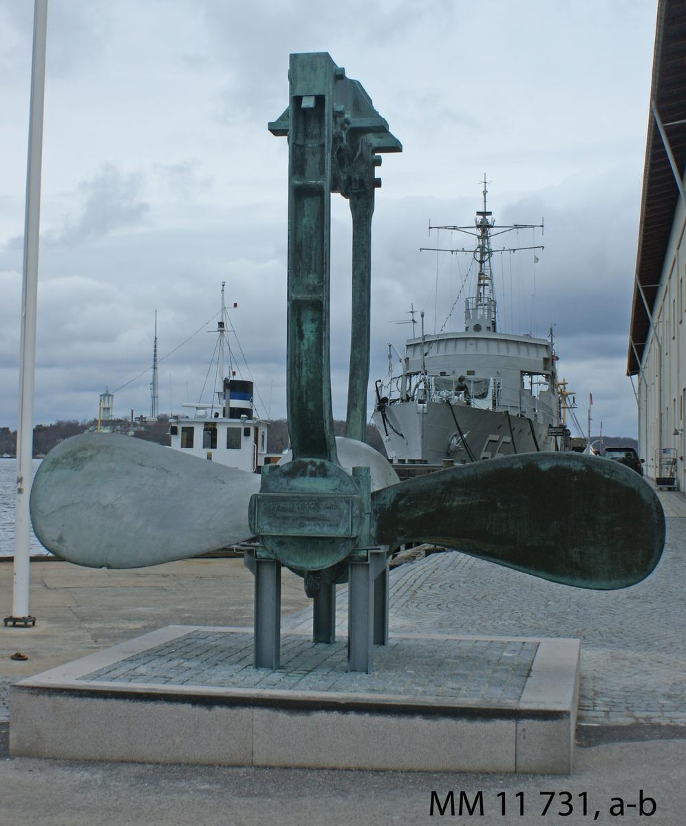 Tvåbladig propeller av brons från korvetten Saga. Propellern är lagrad i en lagerbock.