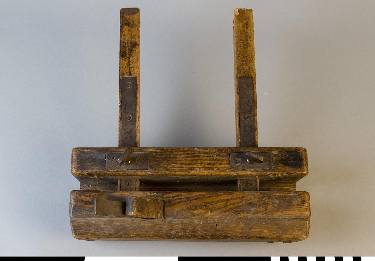 Nothyvel av trä. Stock och anslag av ek. Beslag och ställskruvar av stål. Nothyveln är ställbar för bredd. Används för tillverkning av notar, d.v.s. smala spår. Hyveljärnet är 4 mm brett. Den är ej märkt med Stockholms Borgargilles nummer.  Funktion: Hyvling av smala spår för hopsättning av delar