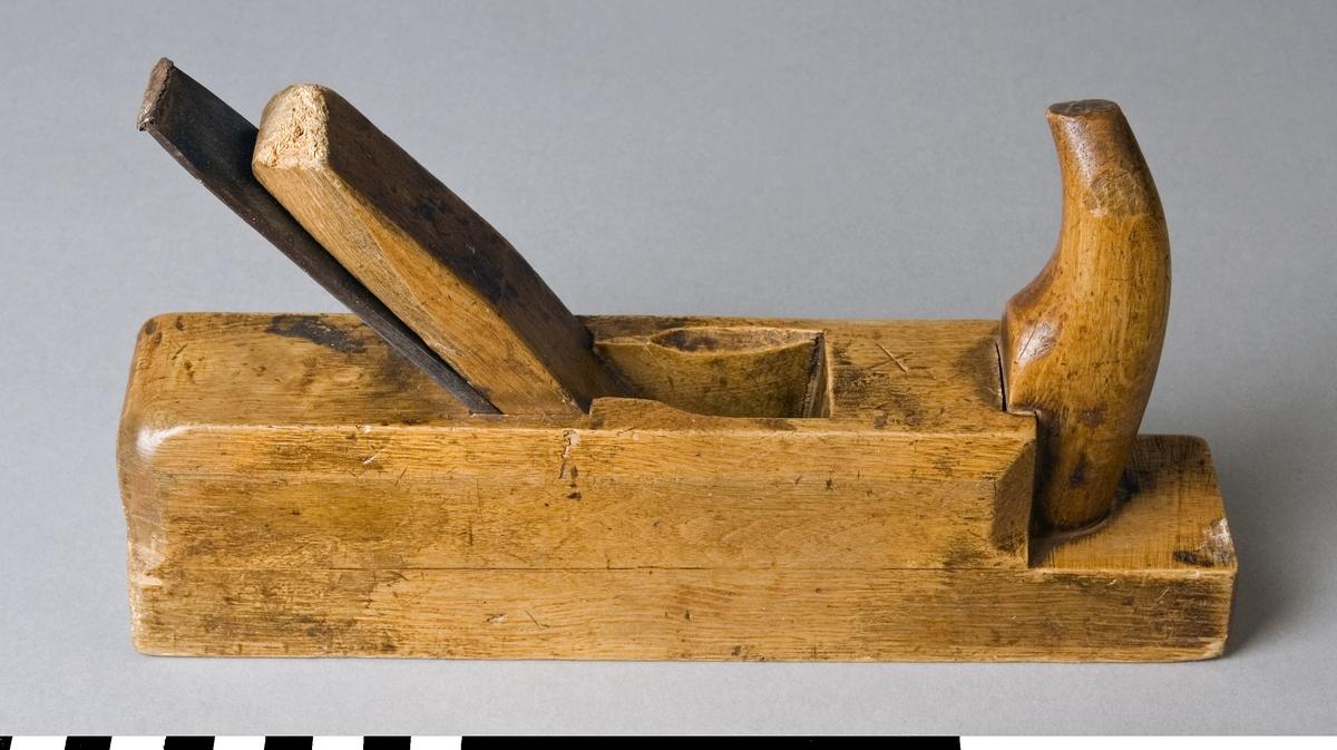 Skrubbhyvel av bok. Hyveln ser till det yttre ut som en putshyvel, men skiljer sig från den genom att hyveljärnets egg är bågformig och smalare. Bredden på eggen är 33 mm. Hyveln saknar klaff vilket är vanligt för skrubbhyvlar. Skrubbhyveln är avsedd att ta bort de största ojämnheterna på träet. Det främre handtaget (hornet) sitter löst. Stockens ovansida stämplad 1 och F. Framsidan av stocken stämplad AXEL SIVERT, STOCKHOLM.  Hyveln är märkt med Stockholms Borgargilles nr. SB 1795  Funktion: Förbearbetning eller grovhyvling av trä