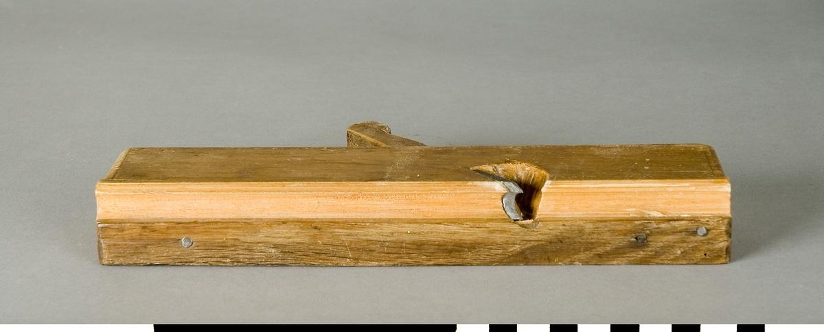 Profilhyvel av trä. Stocken av bok. Sulan av ek. Hyveljärn av stål. Dekorränder. Användes för att göra dekorativa profiler på snickerier.  Funktion: Formning av profilerade kanter