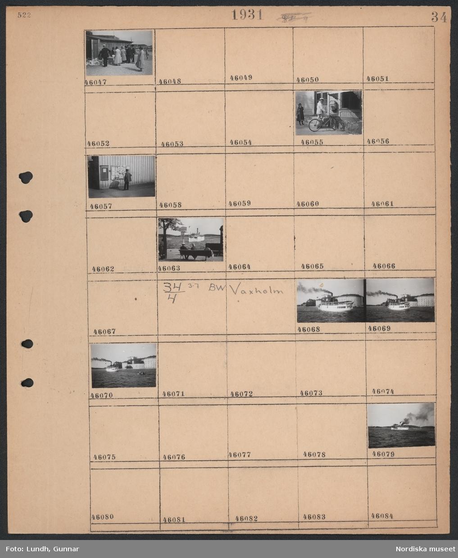 Motiv: Vaxholm; Männsikor står kring ett bord uthomhus, en man i uniform vid en cykel, en man läser en anslagstavla, man och två kvinnor sitter på en soffa vid en kaj och ett fartyg anländer.   Motiv: Vaxholm; Stadsvy med vatten och fartyg.